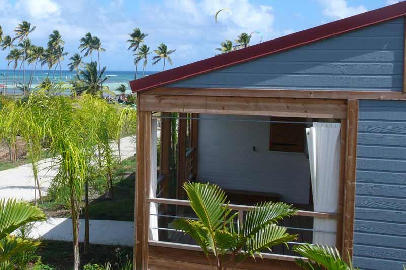 cottage-kitecamp-martinique-kitesurf-vue-exterieure-palmiers-spot