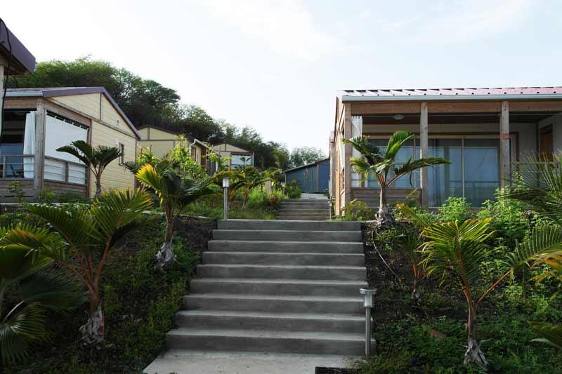 kitecamp-martinique-kitesurf-cottages-bungalow-village-escalier-palmier-détente