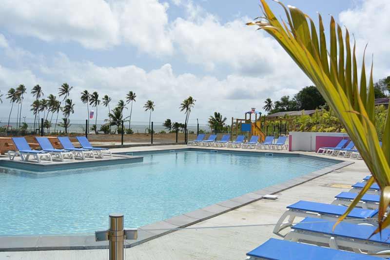 piscine-terrasse-transat-kitesurf-location-vacances-martinique-voyage-kitecamp-martinique